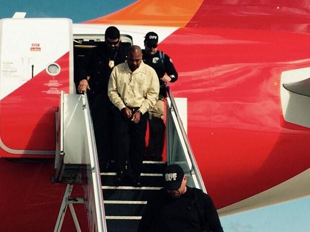 Preso nos Texas, homem foi deportado e escoltado pela polícia americana até o aeroporto de Guarulhos, em São Paulo. Ele foi recepcionado, nesta terça (5), por policiais federais pernambucanos e levado para o Recife (Foto: Divulgação / PF)