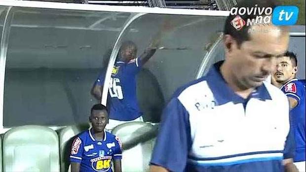 Dedé é flagrado fazendo xixi atrás do banco de reservas, durante jogo contra o Rio Branco-ES