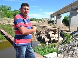 Francisco Ferreira cobra reparo de passagem de veículos que liga Missão Velha à comunidades; sem a empresa no local, reparo é feito pela prefeitura (Foto: André Teixeira/G1)