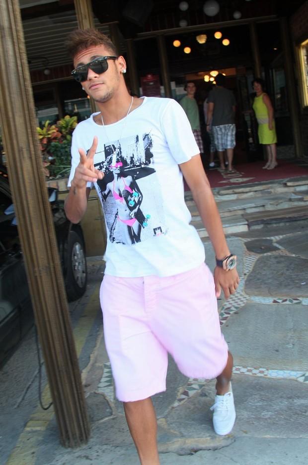 Neyma acena para o paparazzo (Foto: Gabriel Rangel/Ag. News)