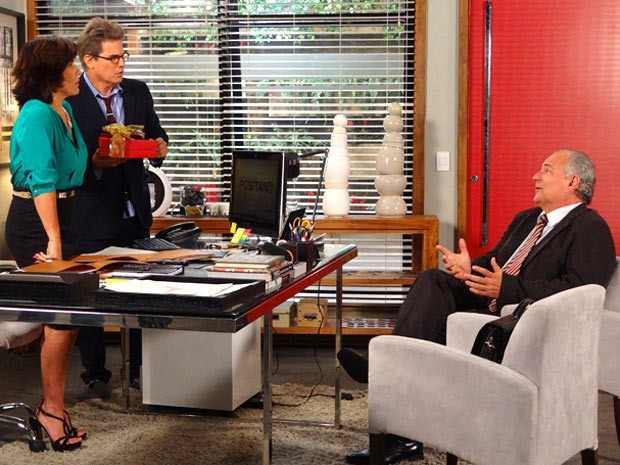 No escritório de Roberta, Felipe reconhece comparsa de Otávio (Foto: Guerra dos Sexos / TV Globo)