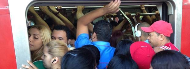 Passageiros se apertam para entrar em vagão (Foto: Letícia Macedo/ G1)