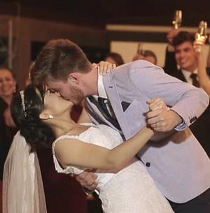 Casal dá o primeiro beijo no dia do casamento (TV Globo)