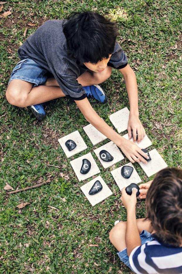 Festa na praça não combina com eletrônicos, mas com brincadeiras improvisadas, como o jogo da velha com pedras e ladrilhos Palimanan. (Foto: Casa e Comida)