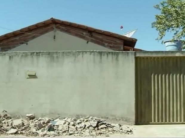Polícia acredita que homem invadiu casa onde bebês moravam em São Miguel do Araguaia, em Goiás (Foto: Reprodução/TV Anhanguera)