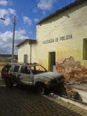 Viatura foi incendiada em frente a Delegacia de Polícia de Pedra Preta (Foto: Samara Damasceno/G1)