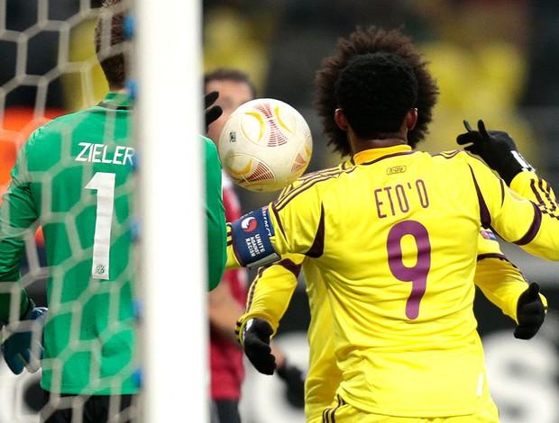 Samuel Eto´o comemora gol do Anzhi contra o Hannover (Foto: AP)