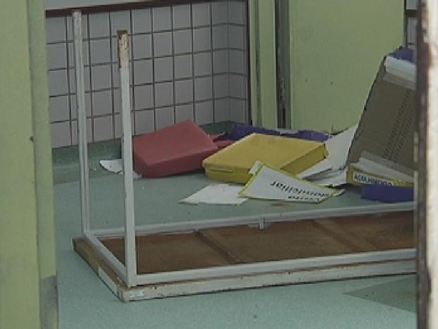 Maca e outros objetos foram derrubados em uma sala (Foto: Reprodução/TV TEM)