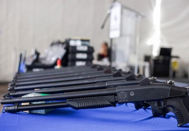 As 7.992 novas pistolas e espingardas que irão reforçar o armamento da Polícia Civil receberam investimento de R$ 14,1 milhões DownloadDaniel Guimarães As armas serão distribuídas a unidades da Polícia Civil de todo o Estado  (Foto: Daniel Guimarães/SSSP)