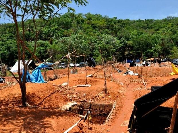 Barracas de garimpeiros foram deixadas (Foto: Sandro Rodrigues/ Prefeitura de Pontes e Lacerda-MT)