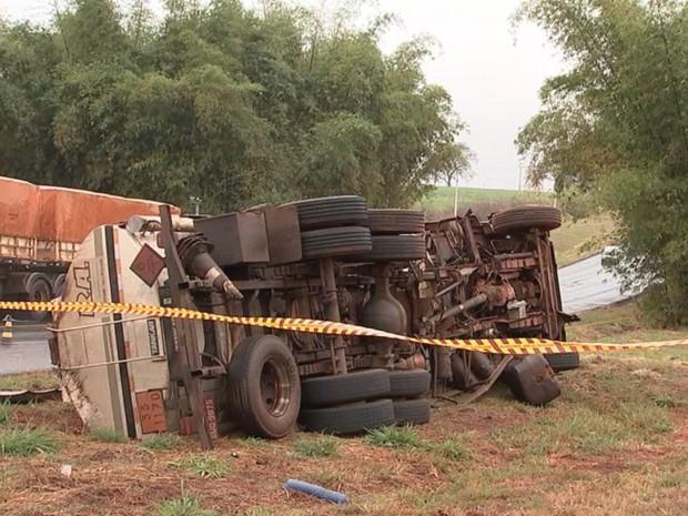Caminhão ficou tombado às margens da pista (Foto: Reprodução/ TV TEM)
