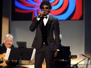 """Seu Jorge cantou """"De Noite Na Cama"""" e """"Beleza Pura"""" em homenagem a Caetano (Foto: Powers Imagery/Invision/AP)"""