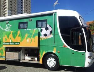 Amigos montam ônibus de luxo para ver Confederações e Copa 2014 (Foto: Eduardo Dias/Globoesporte.com)