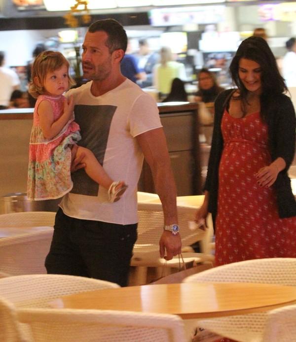 Malvino Salvador passeia com a mulher grávida e a filha no Rio