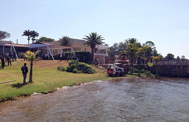 Servidores do GDF em uma das propriedades do Lago Sul que tem área desocupada (Foto: Gabriel Luiz/G1)