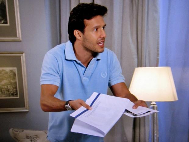Ricardo fica transtornado diante da confissão da mãe (Foto: TV Globo)