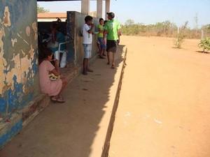 Alunos não têm onde sentar para comer merenda escolar em escola de Balsas (Foto: Divulgação/CGU)