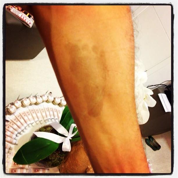 Tio posta foto da marca do pezinho de Helena, filha de Rodrigo Faro (Foto: Instagram / Reprodução)