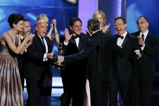 Elenco e o produtor executivo comemorem o prêmio de Melhor Série Dramática por 'Breaking bad' (Foto: Mike Blake/ Reuters)