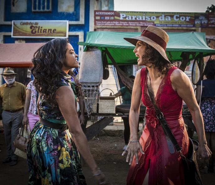 Enfurecida, Tereza corresponde às agressões (Foto: Inácio Moraes/ Gshow)