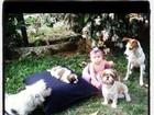 Fofura! Filha de Debby Lagranha brinca com cachorrinhos