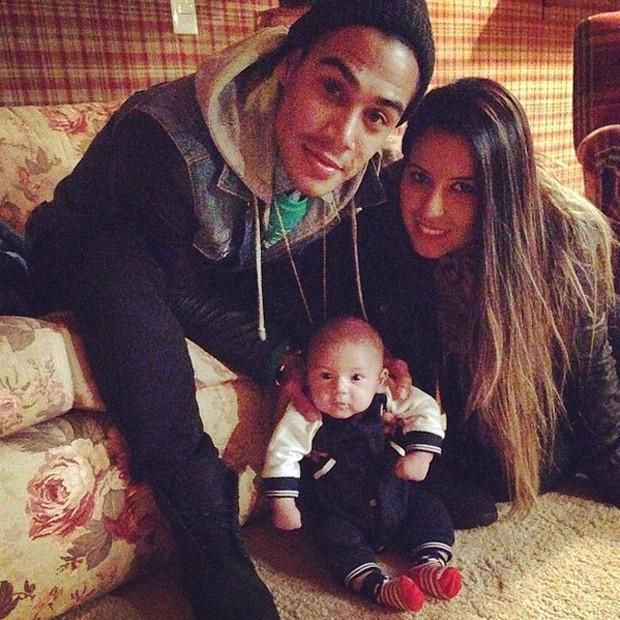 Micael Borges e Heloisy Oliveira com o pequeno Zion (Foto: Reprodução/Instagram)