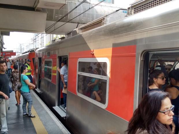 Trem cheio na Estação Berrini da CPTM na tarde desta quarta-feira (Foto: Roney Domingos/G1)