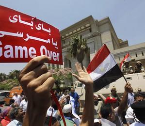 Egípcios comemoram em frente ao tribunal constitucional depois que Adly Mansour foi empossado como presidente interino (Foto: AP Photo/Amr Nabil)