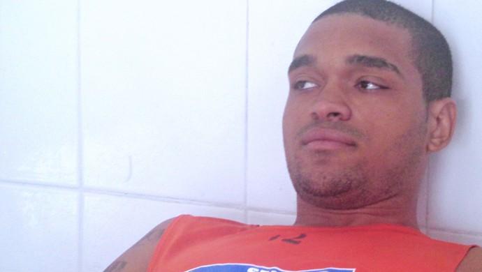 Thiago assina contrato com Confiança (Foto: Felipe Martins)