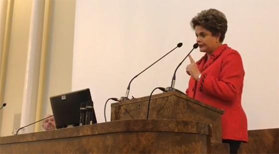 A presidente Dilma Rousseff em discurso na Finlândia (Foto: Reprodução/Facebook)