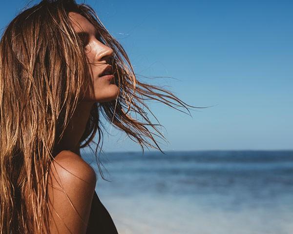 Aprenda a cuidar dos cabelos durante o verão (Foto: Thinkstosck)