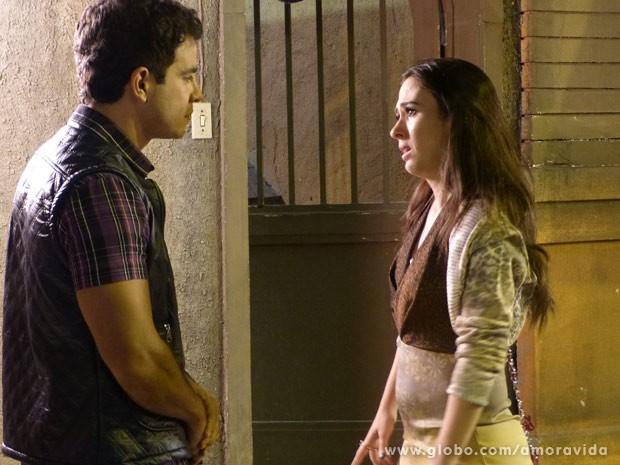 Carlito não acredita no que Valdirene lhe conta (Foto: Amor à Vida/TV Globo)