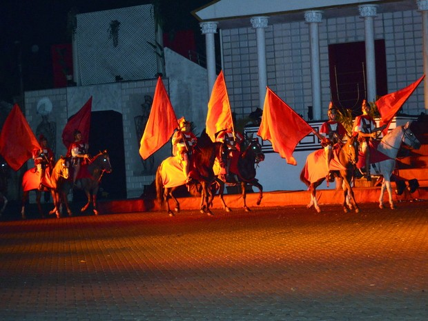 Cavalaria com bandeiras também marcou Paixão de Cristo em Piracicaba (Foto: Fernanda Zanetti/G1)