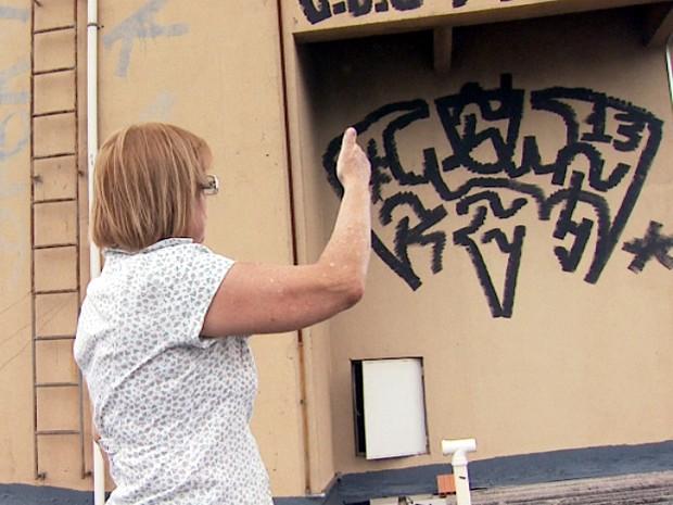 Prédio invadido e com as paredes pichadas no Centro de Campinas  (Foto: Ricardo Custódio/EPTV)