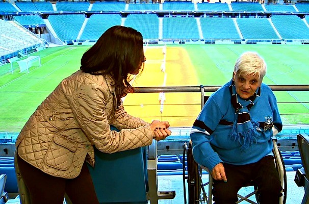 Dona Gonzalina na Arena do Grêmio (Foto: Reprodução/RBS TV)