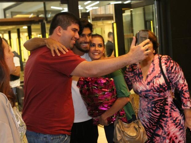 Deborah Secco e o marido, Hugo Moura, com fã em peça na Zona Sul do Rio (Foto: Daniel Delmiro/ Ag. News)