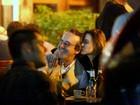 Paula Burlamaqui curte a noite carioca em clima de romance