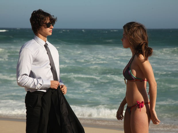 Michel Joelsas e Bruna Hamú durante gravação em praia carioca (Foto: Carol Caminha/Gshow)