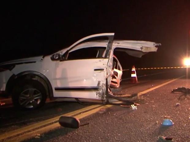 Carro de passeio envolvido na batida ficou completamente destruído (Foto: Reprodução / TV Sudoeste)