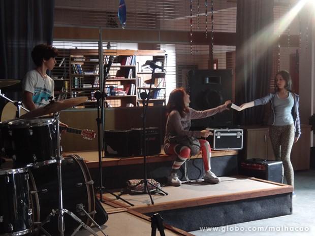 Clara e Guilherme querem que a amiga cante a nova versão (Foto: Malhação / TV Globo)