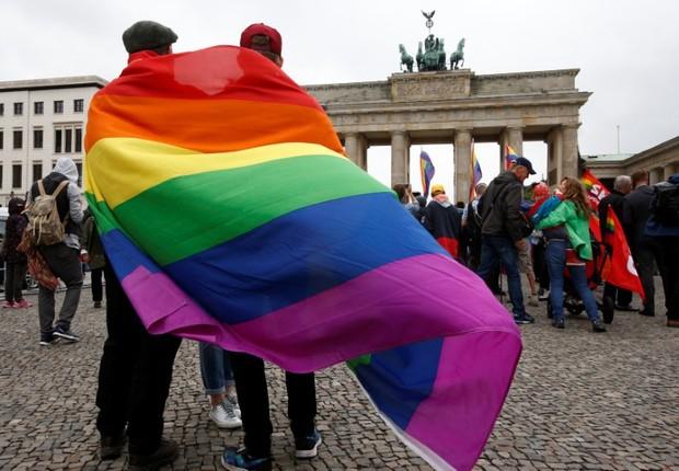 Manifestação em apoio à aprovação do casamento entre pessoas do mesmo sexo na Alemanha, em frente o Portão de Brandemburgo, em Berlim (Foto: Fabrizio Bensch/Reuters)
