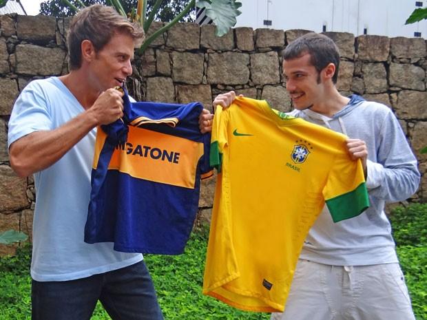 Pablo Bellini e Jayme Matarazzo se enfrentam e fazem suas apostas para o jogo do Brasil contra a Argentina (Foto: Cheias de Charme/ TV Globo)