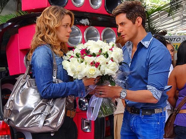 Fabian vai ao encontro de sua cozinheira predileta com um buquê de flores na mão (Foto: Cheias de Charme/ TV Globo)