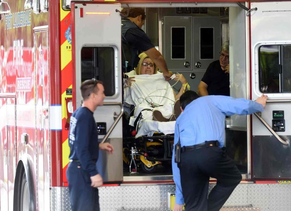 Ferida em tiroteio no aeroporto chega a hospital em Fort Lauderdale  (Foto: Taimy Alvarez/South Florida Sun-Sentinel via AP)