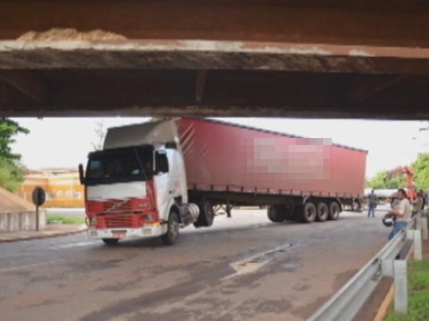 Carreta ficou presa em viaduto de Araçatuba (Foto: Reprodução/ TV TEM)