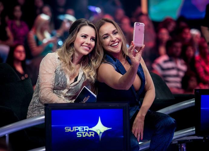 Sandy e Daniela aproveitaram o intervalo para tirar uma selfie  (Foto: Isabella Pinheiro/Gshow)