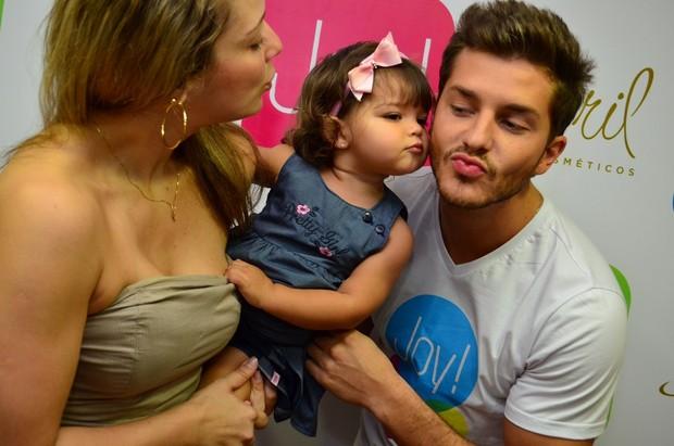 Klebber Toledo ganha beijinho da filha de Silmara Miranda, ex-loira do Tchan (Foto: Uran Rodrigues/Divulgação)