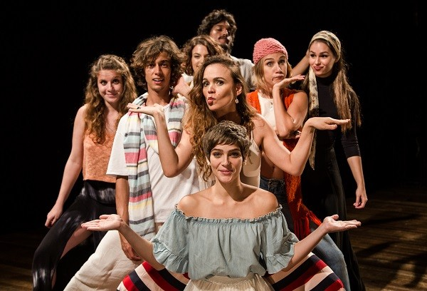 Isabella Santonni (ao centro) encabeça o elenco da nova montagem do clássico Léo e Bia, de Oswaldo Montenegro (Foto: Flora Negri)