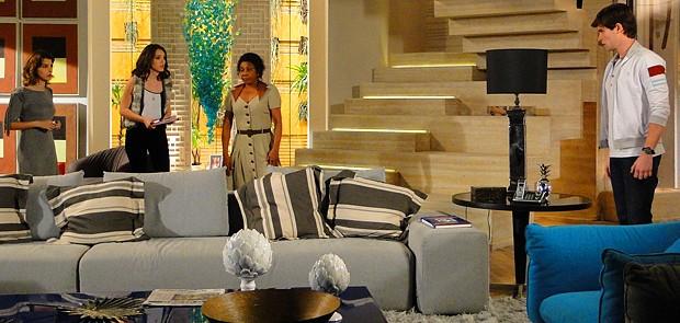 Conrado oferece carona para Cida e deixa Isadora louca de ciúmes (Foto: Cheias de Charme / TV Globo)
