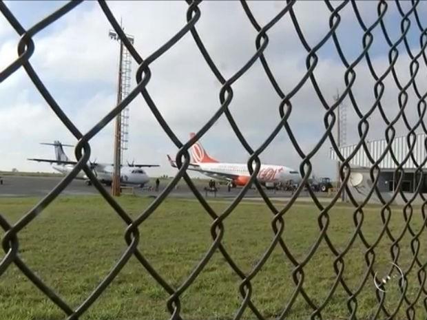 Após problema em avião, passageiros seguem viagem de ônibus (Foto: Reprodução/TV TEM)